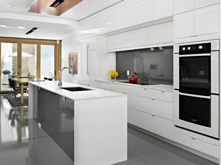 cocina blanca puerta madera terraza