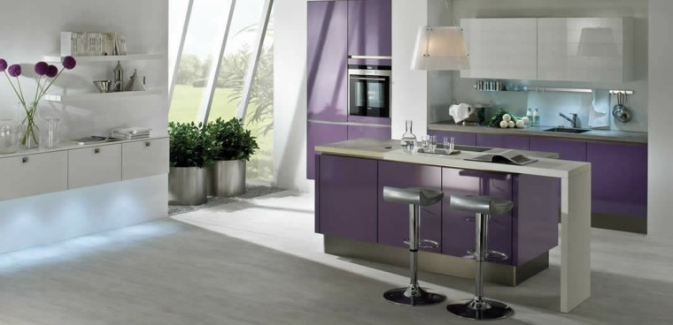 cocina-color-purpura-isla-muebles-preciosa