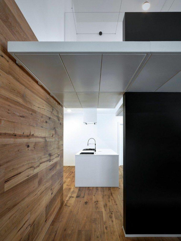 cocina isla blanca grande pared madera ideas