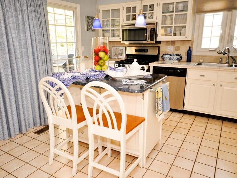 cocina pequena estilo tradicional isla cortina azul ideas