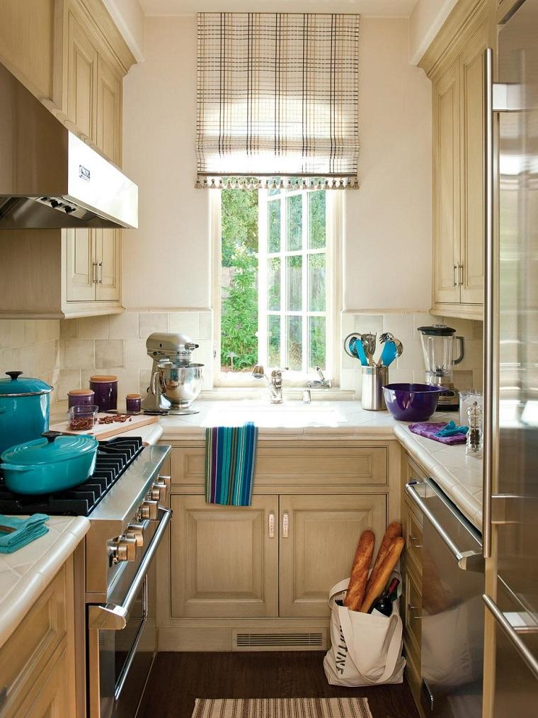 cocina-pequena-muebles-madera-blanca-ventana