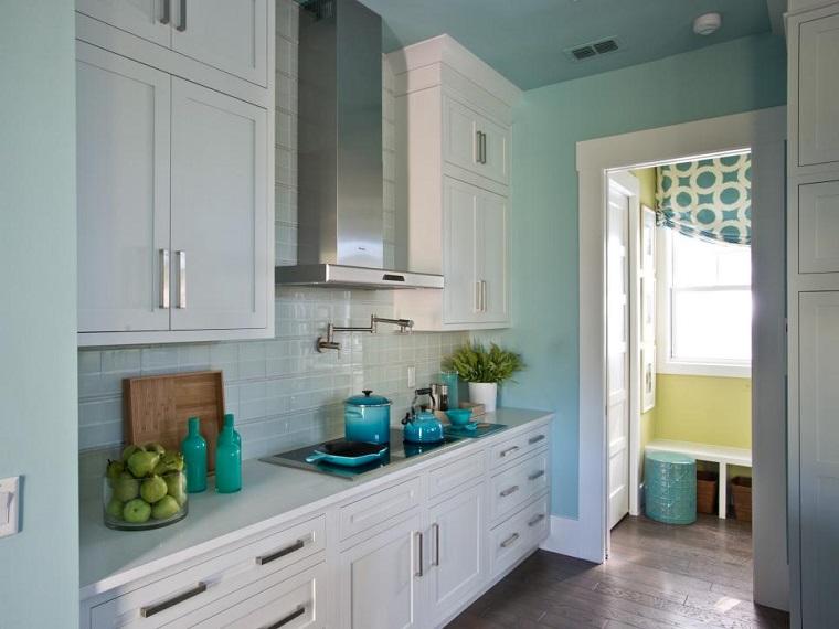 cocina pequena pared azul claro armarios blancos ideas