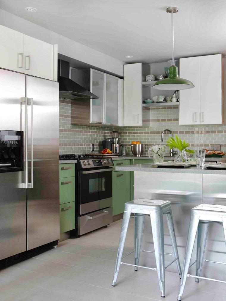 cocina pequena silla altas color plata armarios verdes ideas
