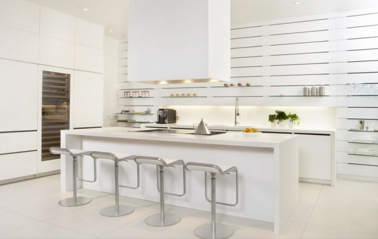 cocinas blancas pared estanterías