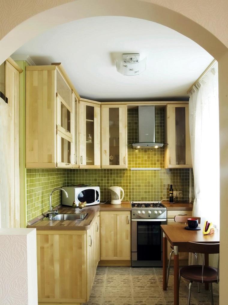 cocinas pequeñas modernas armarios madera losas verdes ideas