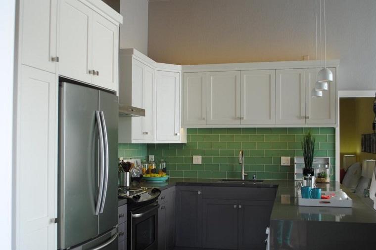 cocinas pequeñas modernas losas verdes armarios gris ideas