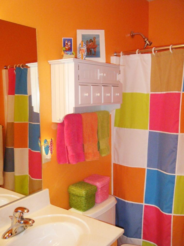colores vivos baño pequeño naranja