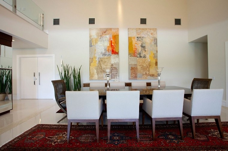 comedor-moderno-techo-alto-cuadros-estilo