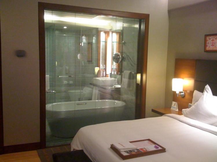 Cuartos de ba o acristalados en el dormitorio 25 ideas for Imagenes de cuartos de bano