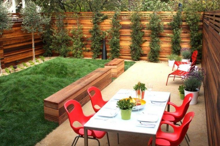decoración de jardines pequenos banco madera sillas rojas ideas