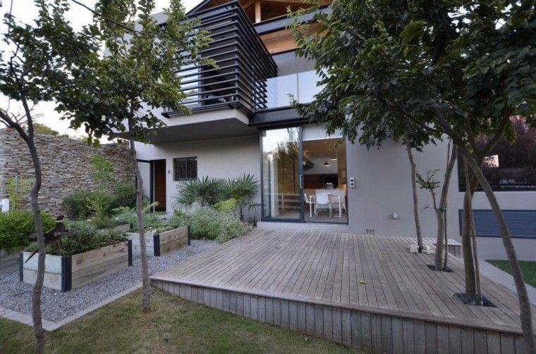 decoración de jardines suelo madera macetas grandes grava ideas