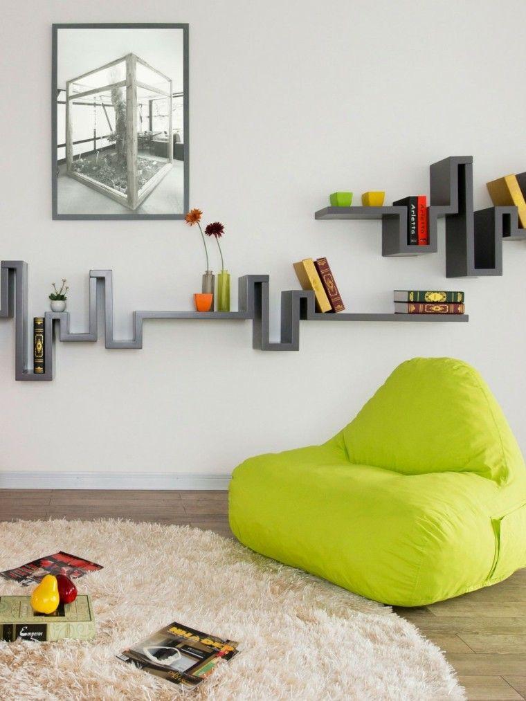 decoración de salones pequeños estanterias originales sillon verde ideas