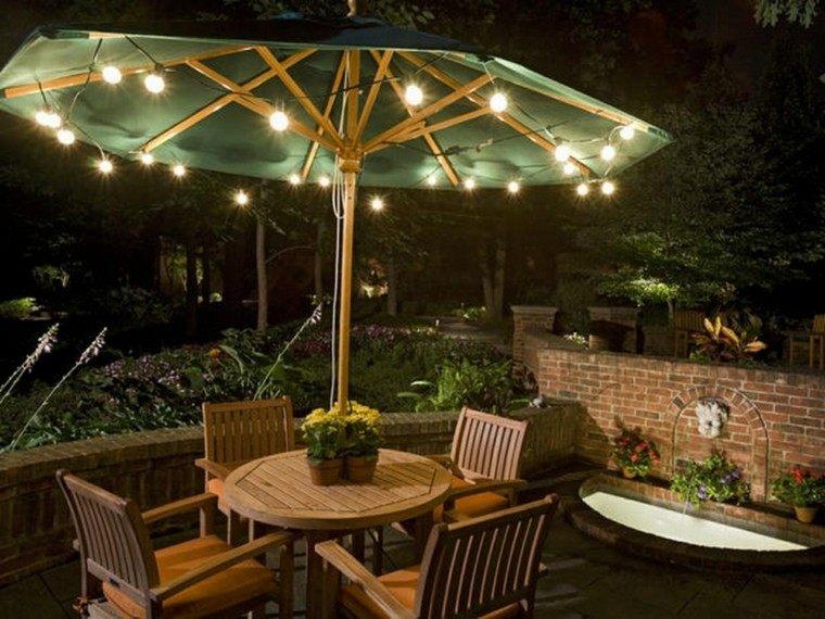 decorar terrazas pequeñas muebles teca sombrilla lamparas ideas