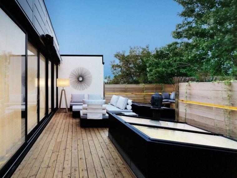 decorar terrazas pequeñas suelo madera muebles negros ideas