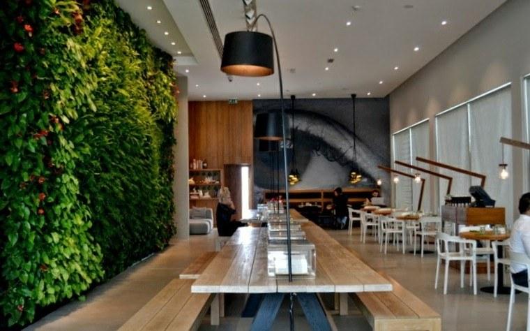 diseño jardines verticales hombre lamparas mesa