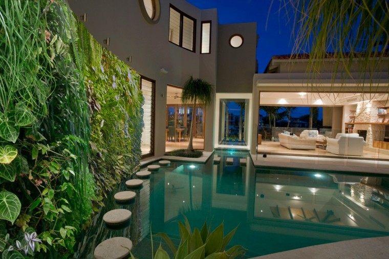 diseño jardines verticales sendero piscina noche