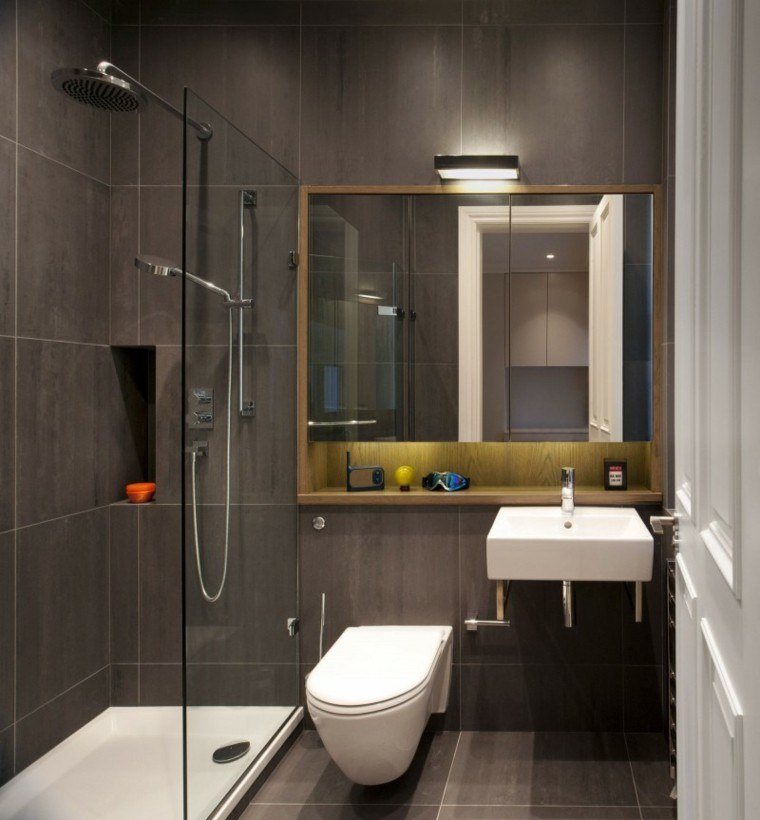 Baño Gris Con Madera:estante de madera en el baño con diseño moderno