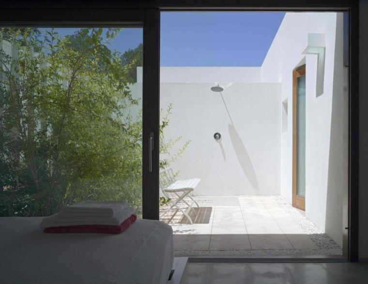 dormitorio blanco jardin interior ducha