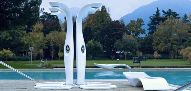 duchas modernas blancas piscina