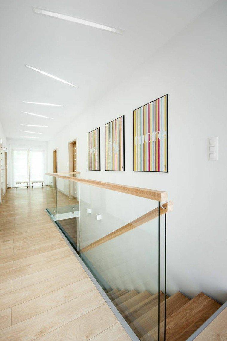 escalera madera pasamanos apartamento colores