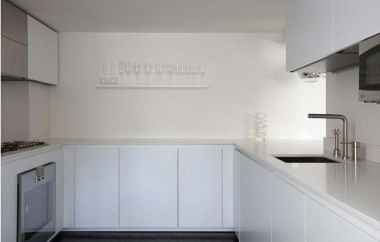 espacio en blanco cocina minimalista estrecha estante vasos ideas