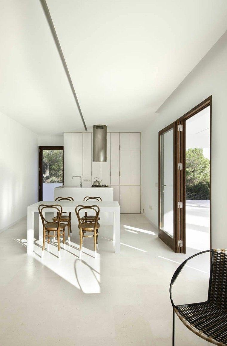 espacio en blanco cocina minimalista mesa sillas madera ideas