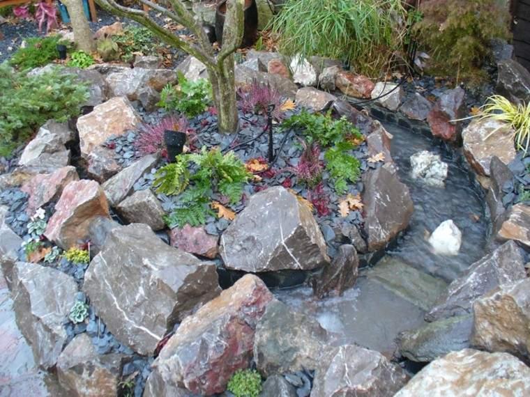 estanque rocas rodeado agua circulo