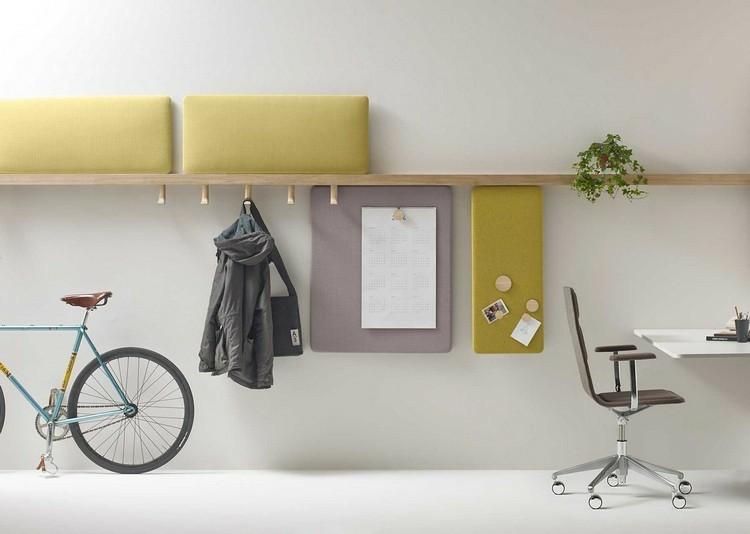 estantes madera elementos acolchados amarillos
