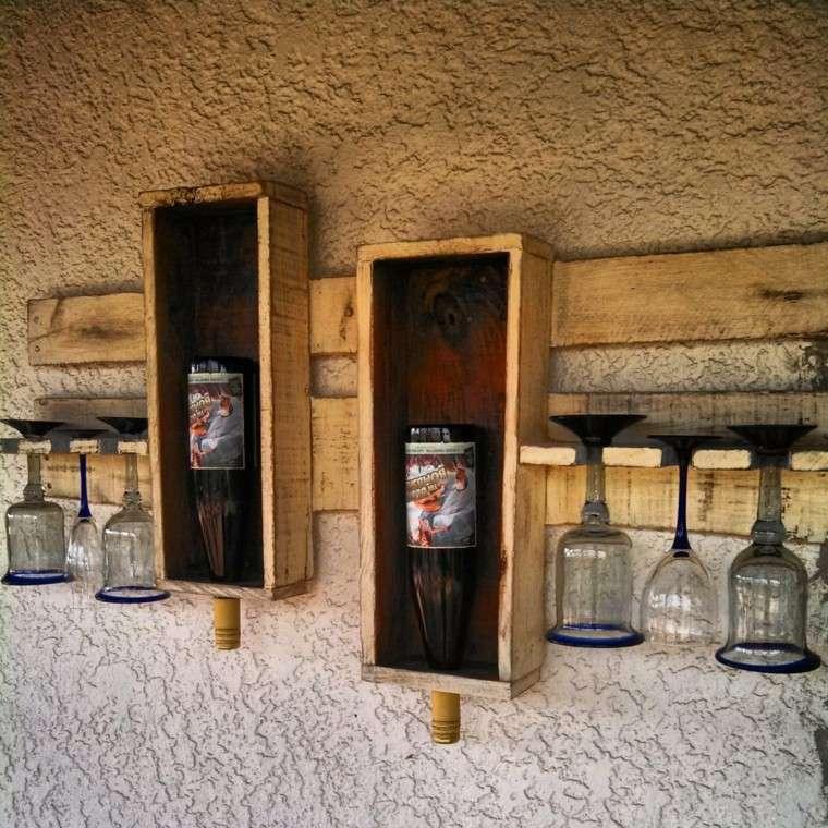 estantes vasos botellas vino madera