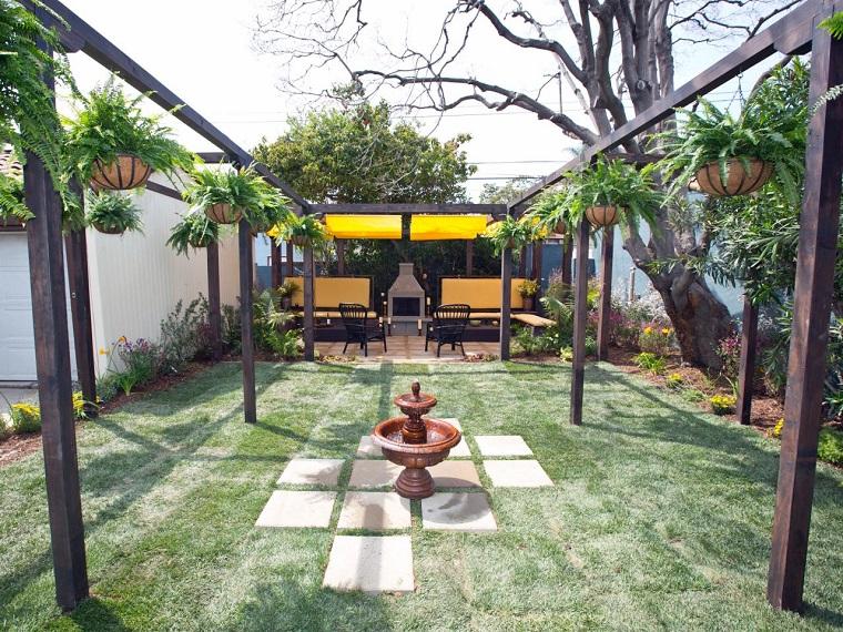 fuente agua pergola madera losas jardin ideas