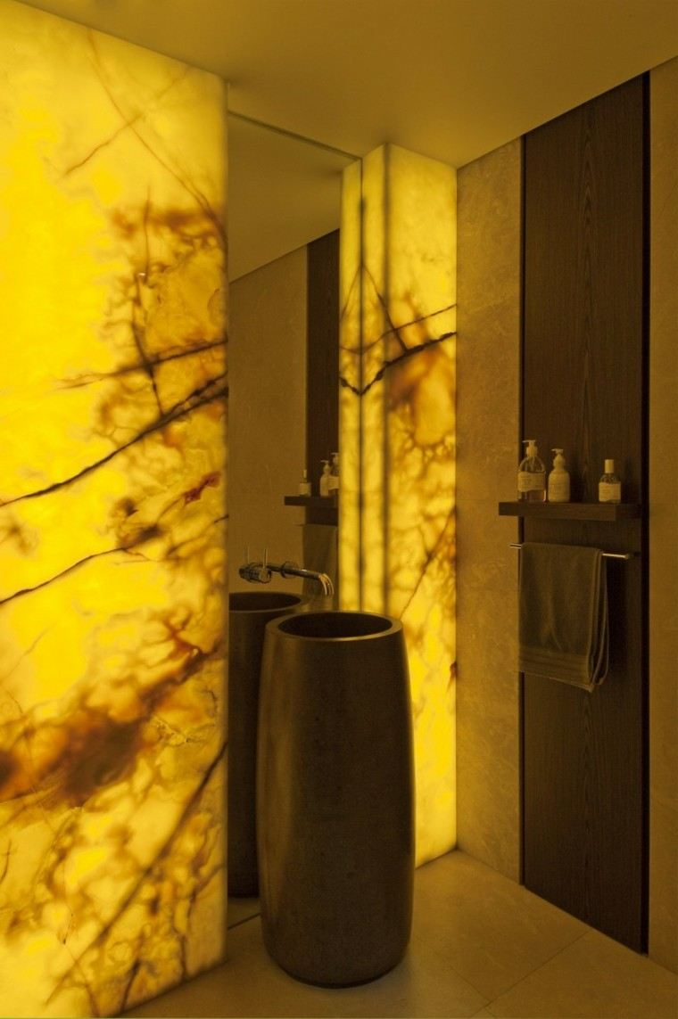 ideas creativas pared iluminada amarillo bano lujoso moderno