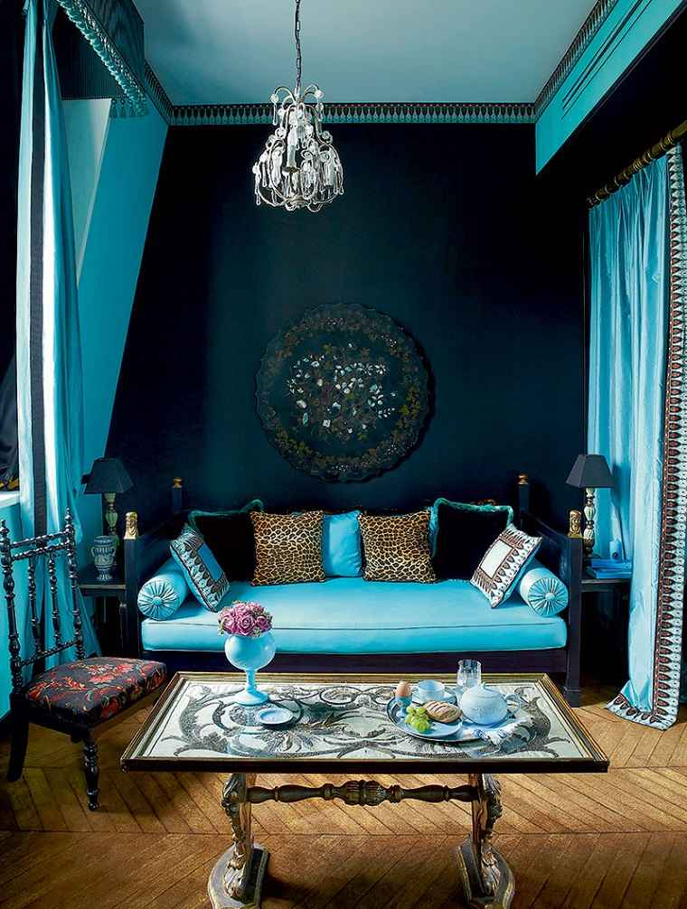ideas-para-decorar-pared-salon-colores-oscuros