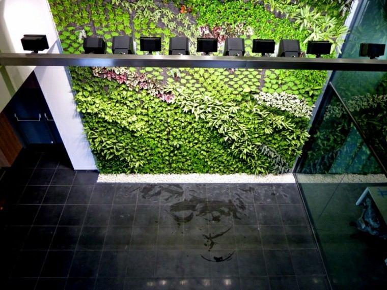 iluminacion verde muro vertical focalizado