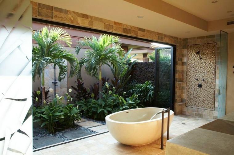 interior palmeras bañera agua flores