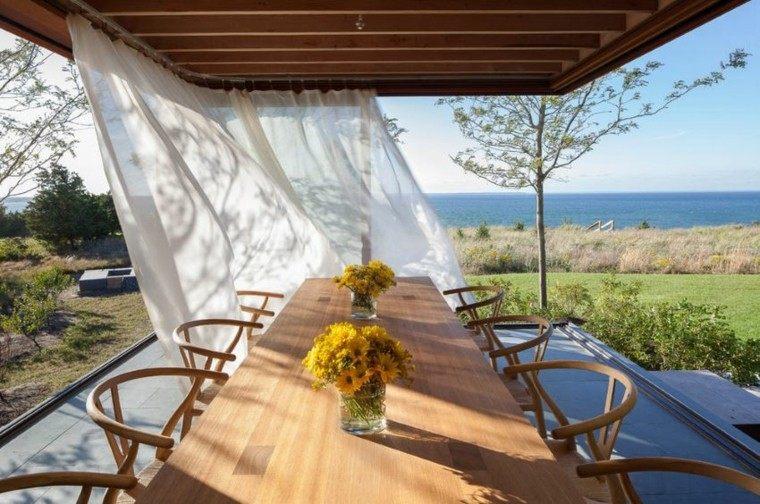 jardin amplio mesa sillas madera pregola cortinas blancas ideas