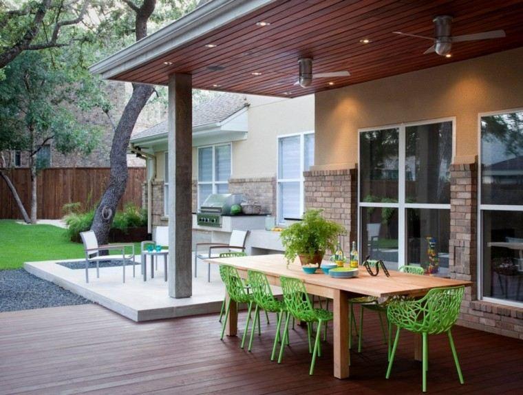jardin amplio terraza suelo madera sillas verdes ideas