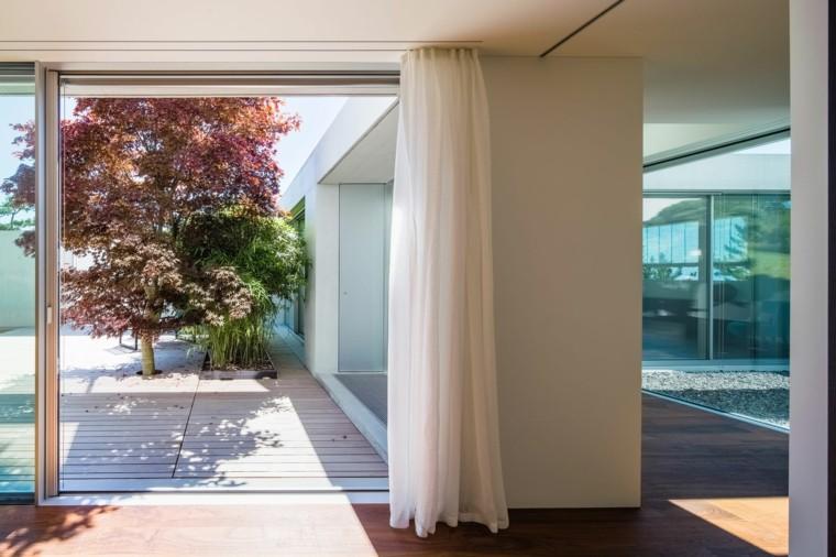jardin interior diseño arbol rojo