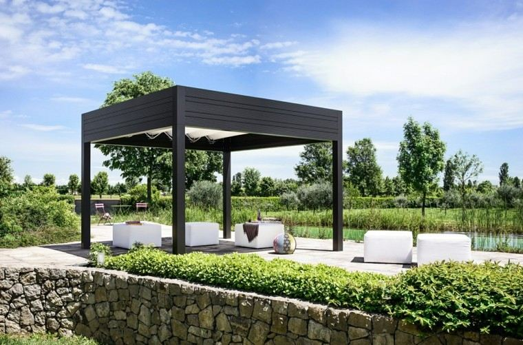 jardin precioso pergola madera negra taburetes blancos ideas