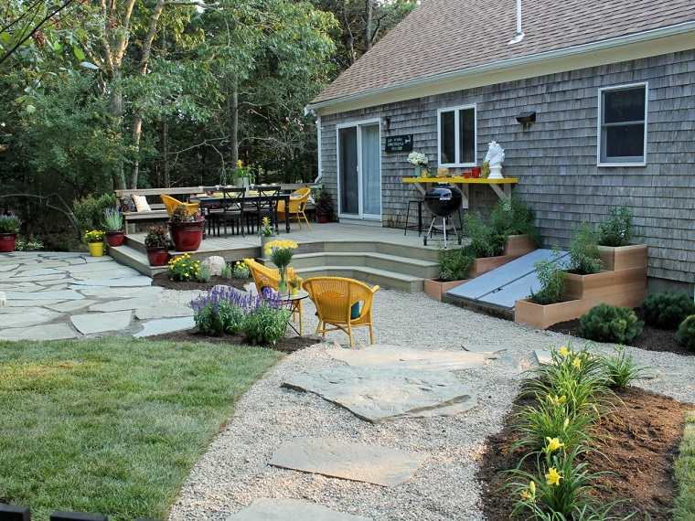 jardin trasero bonito sillas amarillo vibrante macetas ideas