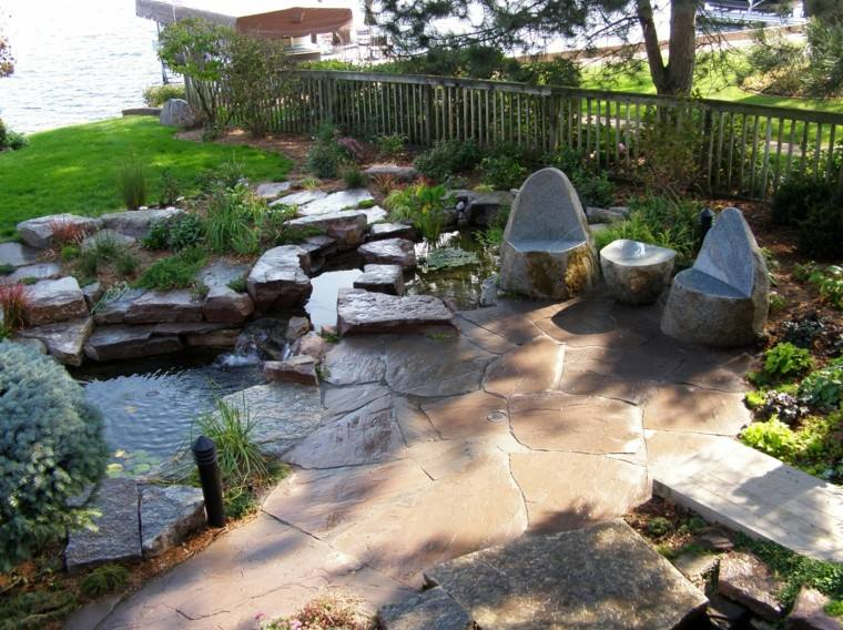 laguna cesped silla arboles rocas