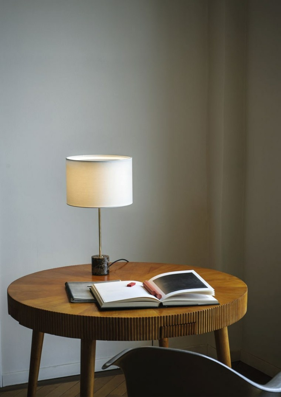 lampara mesilla noche elegante dormitorio iluminado ideas