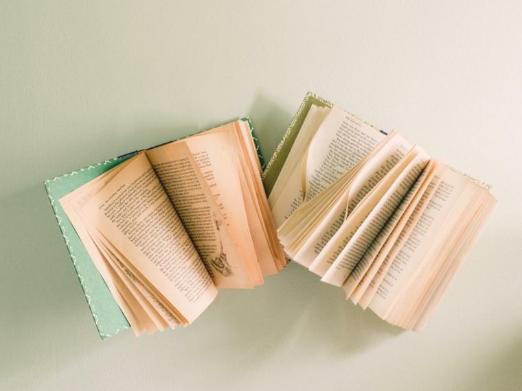 deco libros antiguos pegados pàred