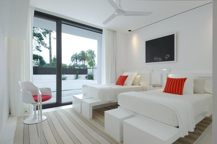minimalista silla cojines rojo cortinas