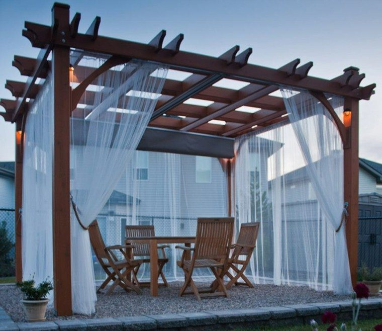 muebles madera cortinas blancas