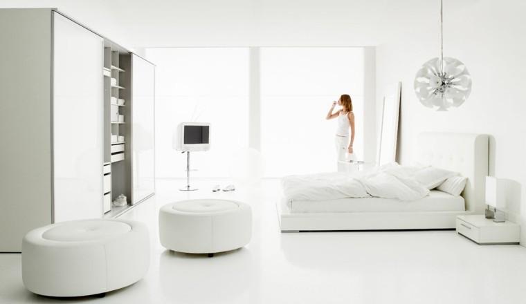 mujer cama taburetes cortinas lamparas