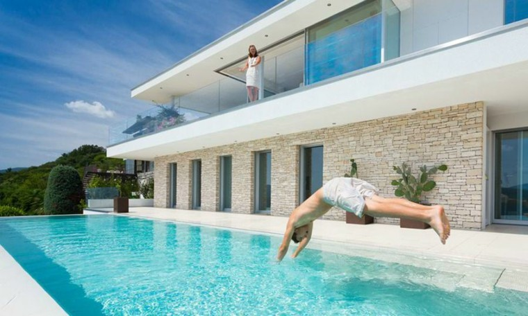 Piscina dise o de borde infinito 100 estilos alucinantes for Casa minimalista con piscina