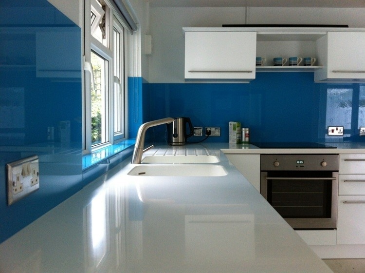 paneles decorativos color azul vibrante pared cocina ideas