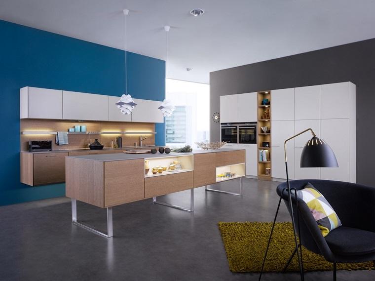 pared azul cocina isla madera armario grande blanco ideas