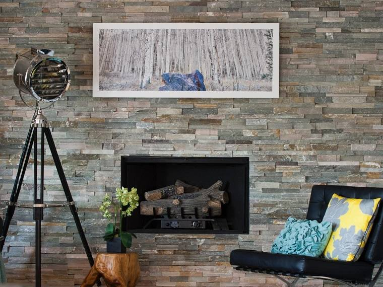 pared piedras chimenea madera gas salon moderno ideas