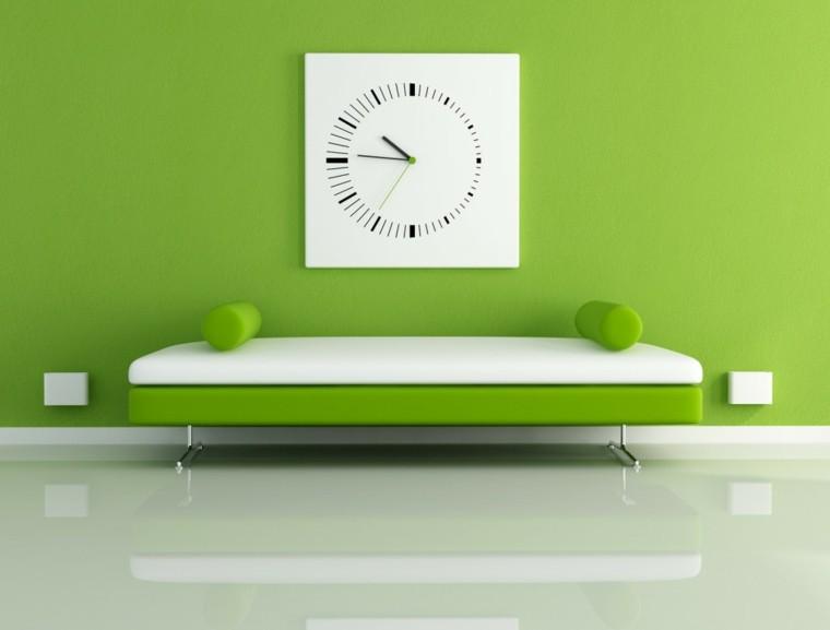 pared color verde pistacho reloj